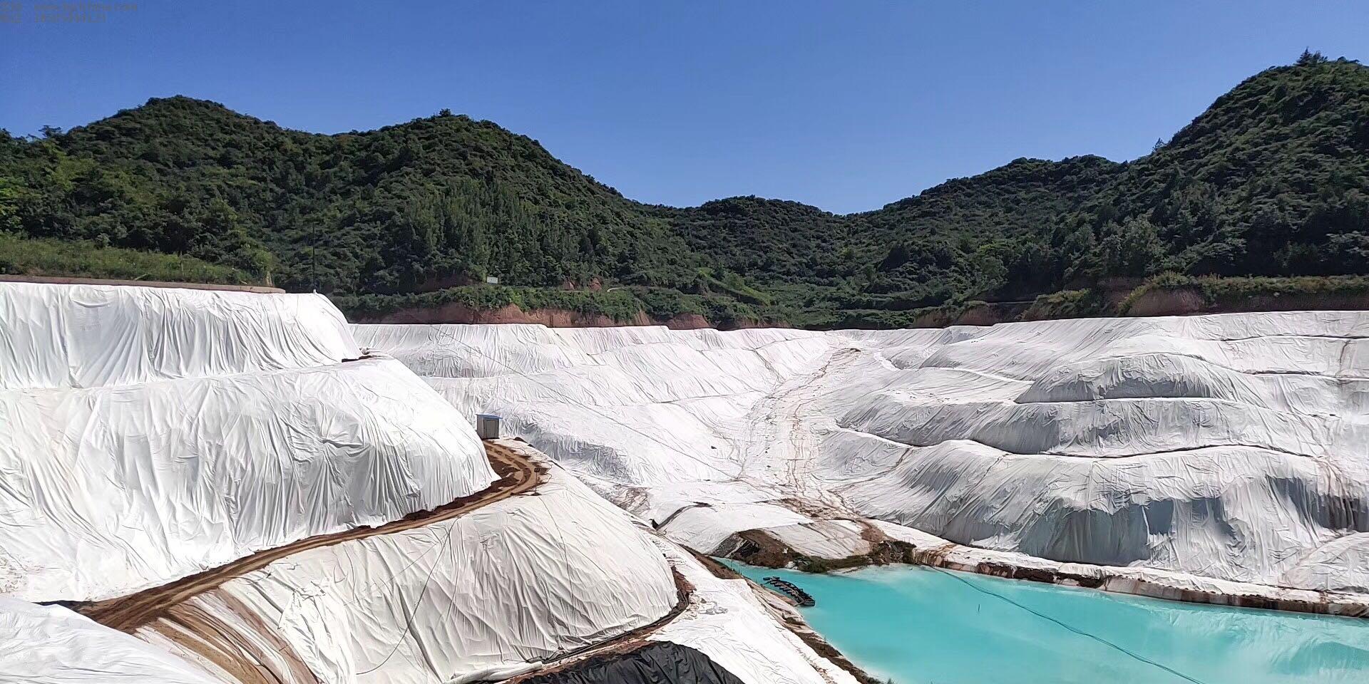 盐酸矿区防渗施工现场采用2.0mm土工膜600g长丝土工布,5500膨润土防水毯