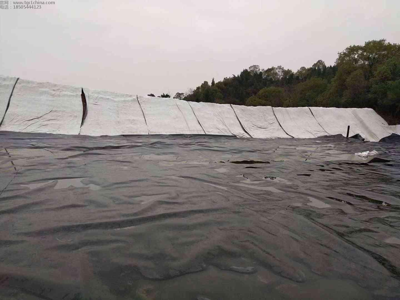 疫情隔离污水池土工膜铺设焊接现场