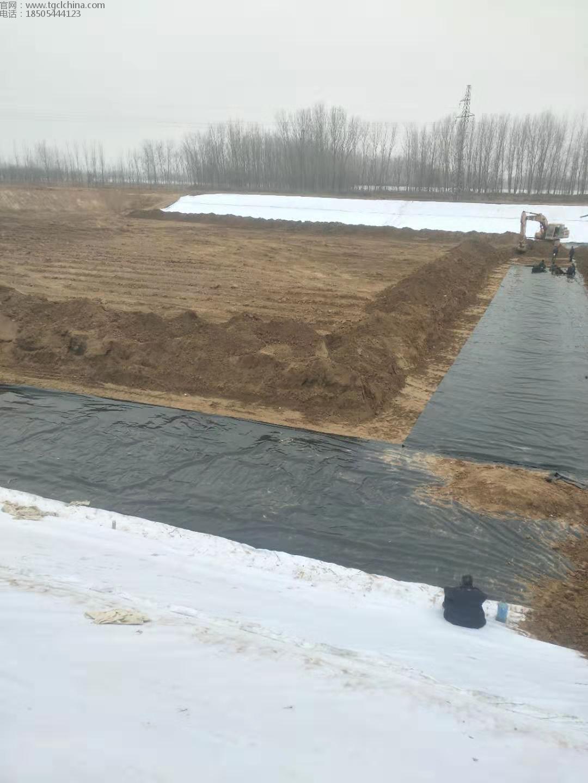 山东聊城景观人工湖复合膜,土工膜铺设焊接现场