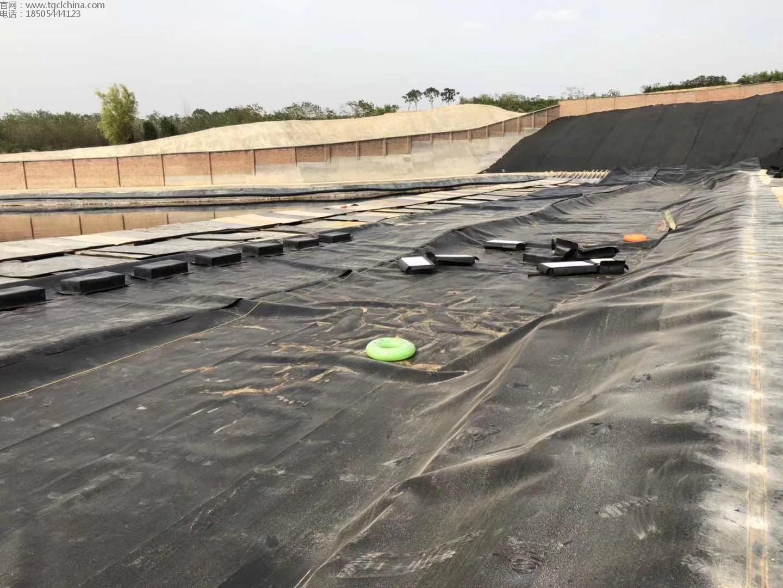 调节池土工膜焊接铺设施工现场