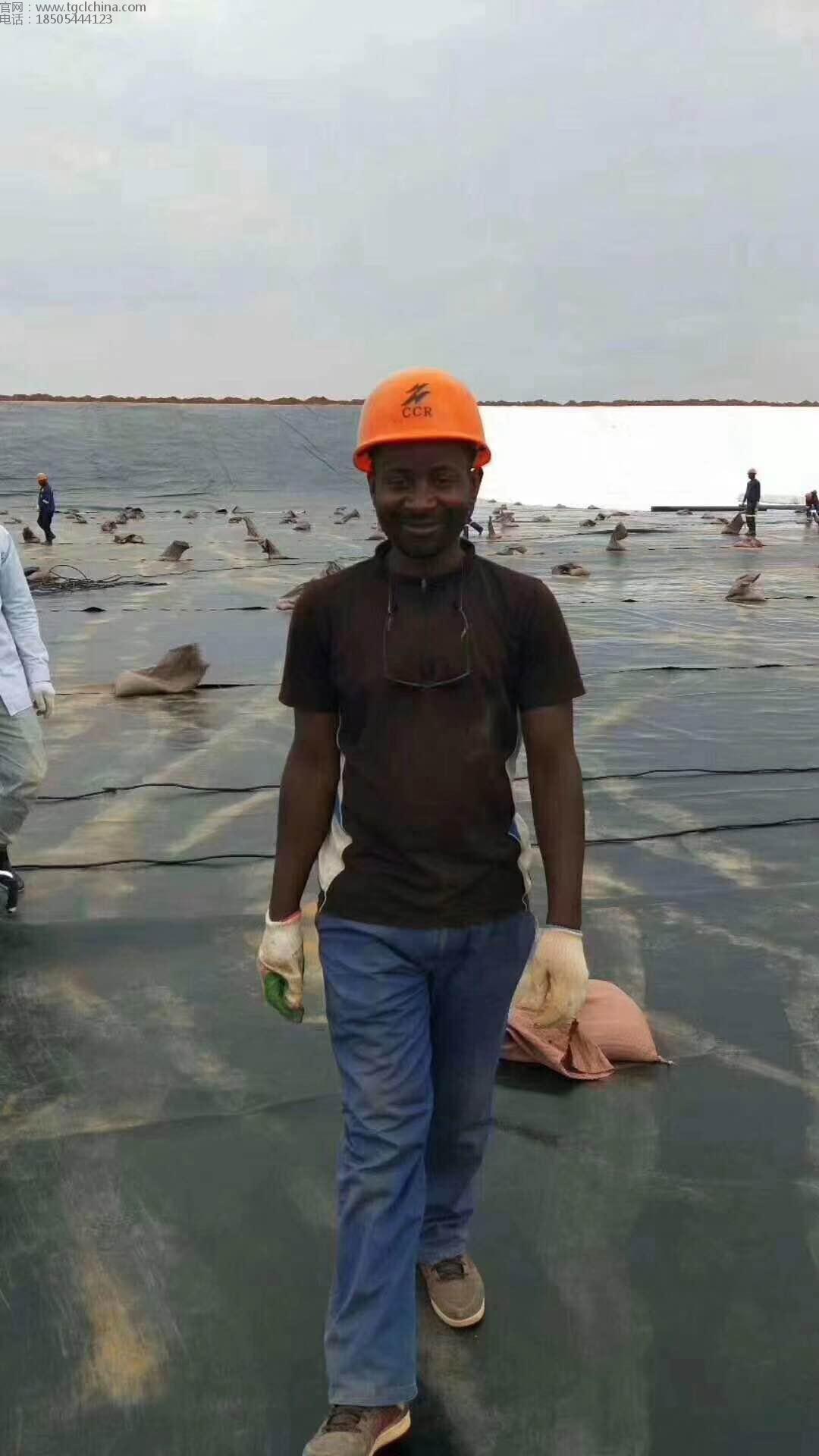 格鲁吉亚污水池土工膜铺设现场,采用1.5mm土工膜国外友人铺设焊接
