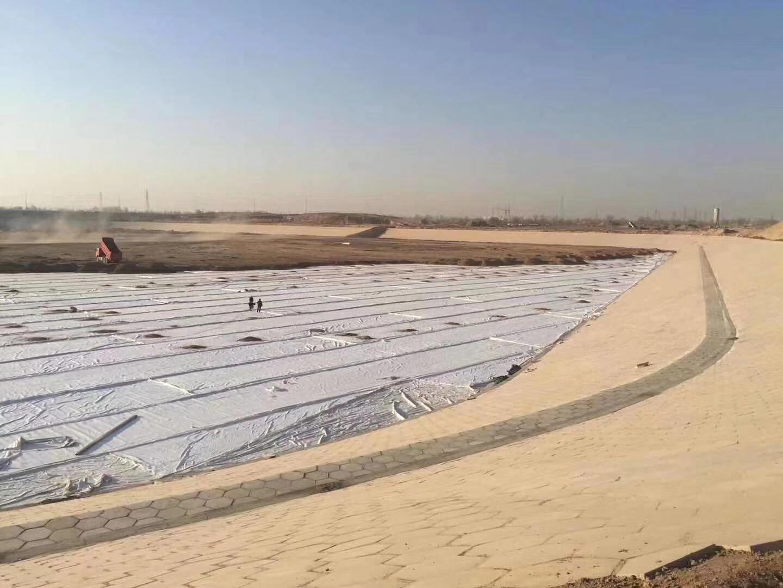 新疆水库采用复合土工膜做防渗处理,1000g复合土工膜